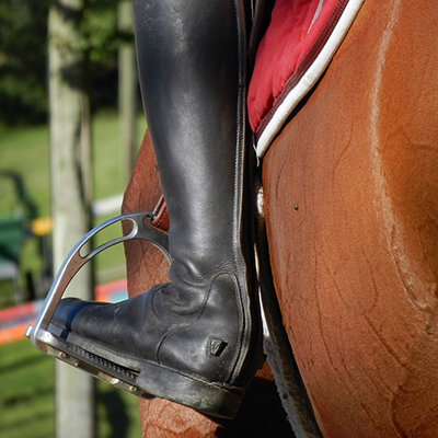 Détail d'un éperon et de la botte d'un cavalier, photographie prise par Horse Development, agence de marketing du monde équin